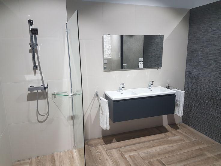 Houtlook vloer badkamer ideeen inloopdouche antraciet badkamermeubel badkamer idee n - Tegel imitatie parket badkamer ...