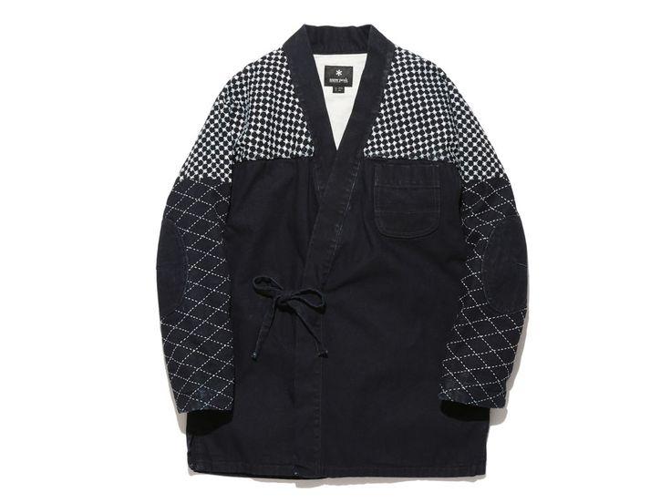 日本の伝統的なワークウエアである野良着を現代風にアップデート。タテ糸はコットン、ヨコ糸にカーボンを使うことで、耐久性や難燃性も確保している。デザインアクセントの刺し子風刺繍は補強の役割も兼ねる。左胸と両脇にポケットが付く。
