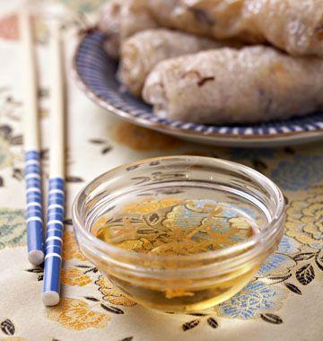 ***Sauce pour rouleaux de printemps - 3/4 t. d'eau - 1/4 t. de vinaigre de riz - 1/4 t. de sucre - 1 1/2 c. à t. de sauce soja - 1 à 2 c. à t. de sauce poisson - Délicieux!