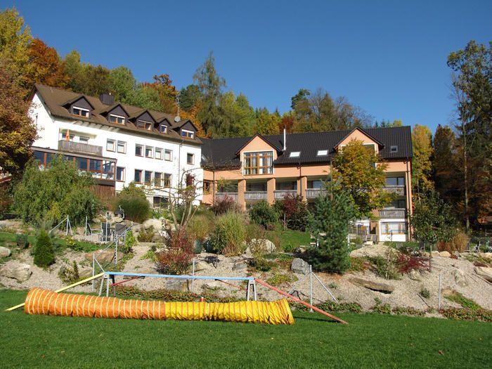Hotelanlage Außenansicht. Tierischer Urlaub im Bayerischen Wald (c) Natur-Hunde-Hotel Bergfried