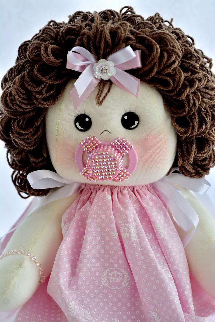 Boneca bebê, confeccionada em malha e tecidos 100% algodão. Enchimento em fibra siliconada e cabelos em lã Mede 45 centímetros. Nome bordado a sua escolha.