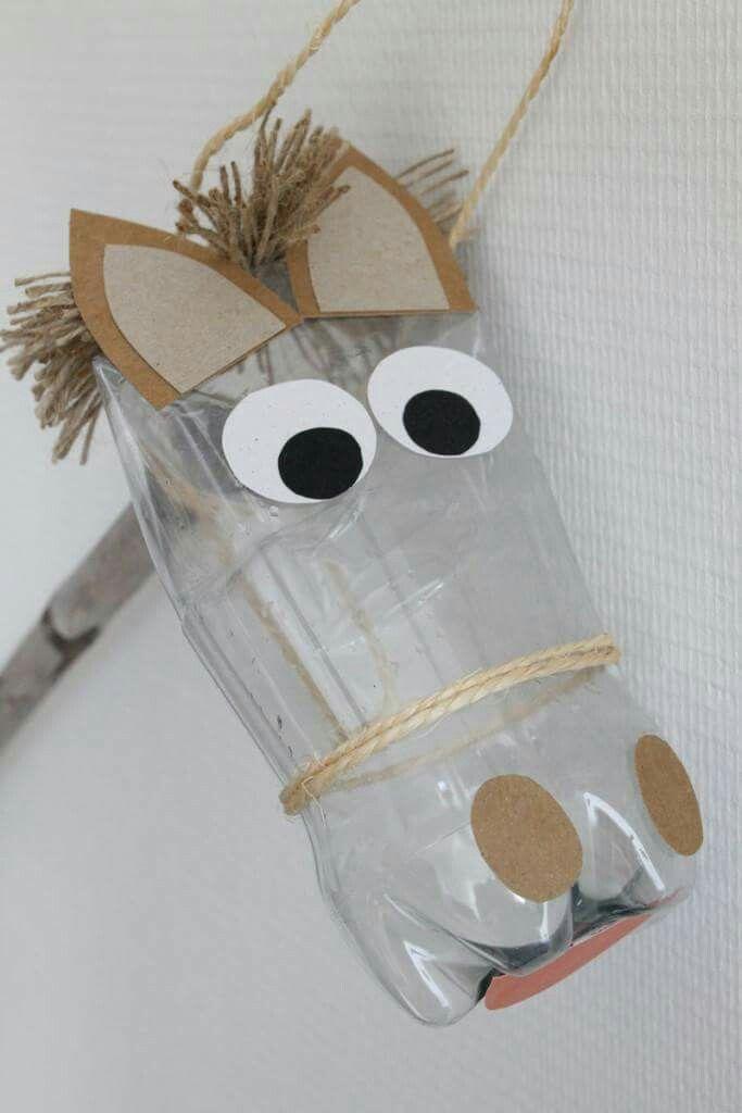 Paard met plastieken fles