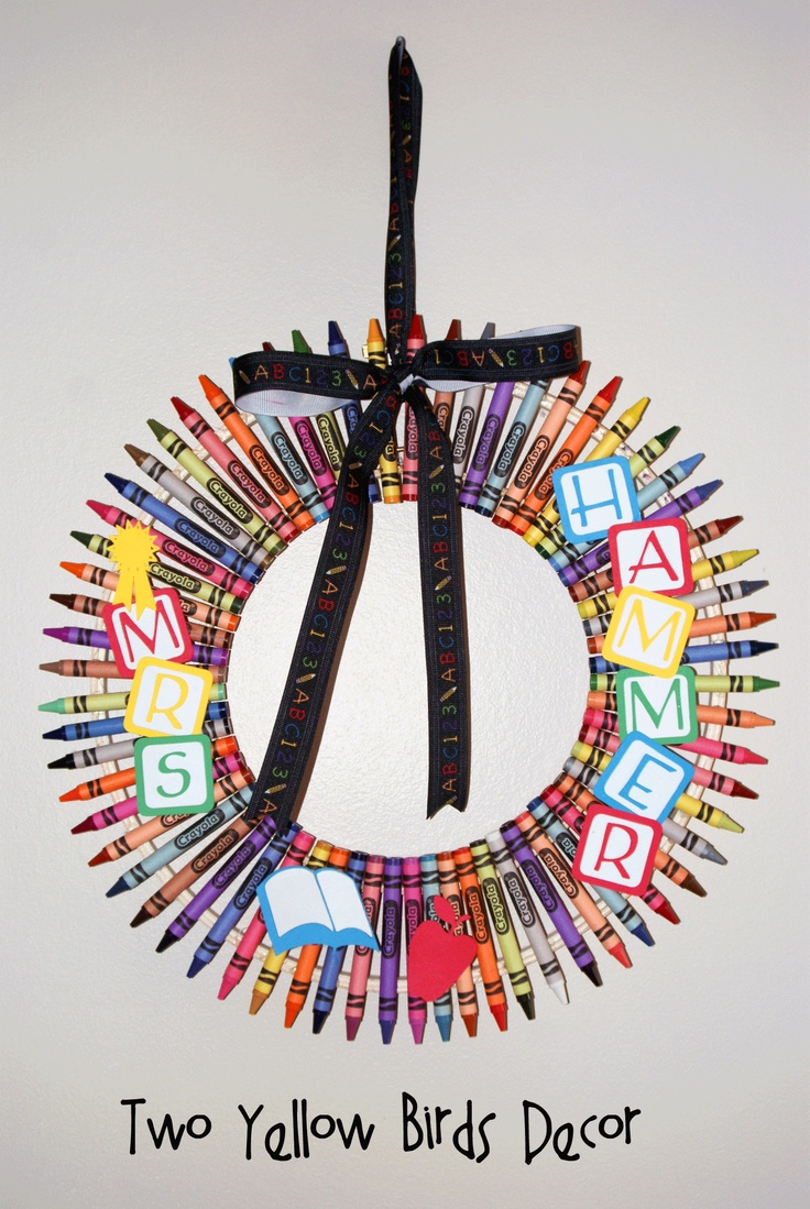 DIY Crayon Wreath Tutorial {Teacher's Gift}