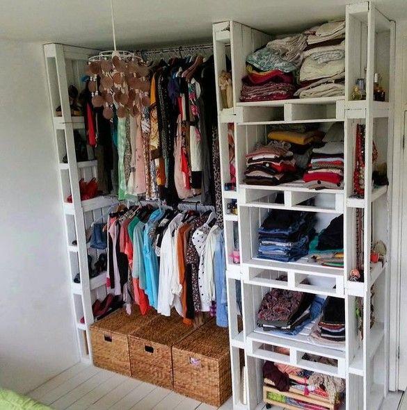 Para economizar, você pode montar o seu próprio closet com paletes. As aberturas das peças de madeira servem de nicho para pequenos acessórios. Foto: Pinterest