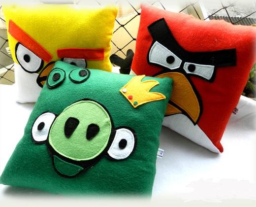 Angry Birds R$135,75 acho desnecessário fazer descrição dessas almofadas.porque meu, é angry birds!imagine uma guerra de almofadas com umas dessas? pirei aqui.uuoou, bora jogar nos vizinhos. rerenunca usadasem feltro.tamanho aproximado: 28x28cm.