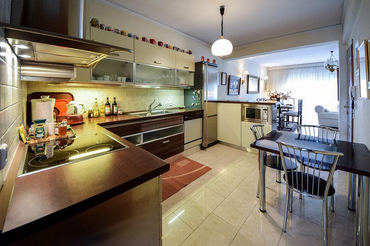 Κουζίνα σε ανοιχτές αποχρώσεις που ενώνεται με το υπόλοιπο σπίτι. #efimesitiko #realestate #evros