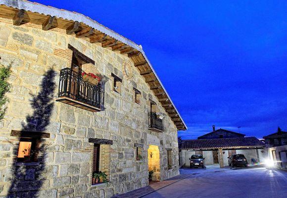 SALAMANCA, CIUDAD RODRIGO. 6 habitaciones. Casa Cantarranas 2. Dispone de 6 dormitorios (1 adaptado), 5 baños, salón comedor de 100m² y cocina industrial.Tiene capacidad para 16 personas. En el exterior amplio porche con barbacoa con horno de leña, jardín, #ParqueInfantil, campo de fútbol y #voleibol y una espléndida #piscina. Situada a 300 m del pequeño pueblo de Sanjuanejo y a 5 Km. de #CiudadRodrigo, declarada Conjunto Histórico-Artístico. #CasaRuralAccesibleSalamanca