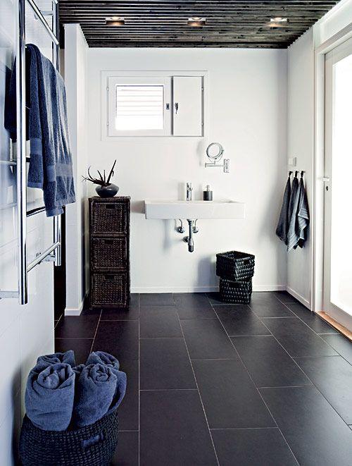Luonnonvalo pehmentää. Kylpyhuoneeseen ei haluttu suurta peiliä, vaan pieni kasvopeili riittää. Perheen pyyhkeet mahtuvat kuivumaan korkealle kuivauspatterille. Maitolasiovesta ja ikkunasta tulee kaunista luonnonvaloa. Märkäkalusteet ja valaistus ovat Kylpystudiosta. | Kaupunkilainen savusauna | Koti ja keittiö