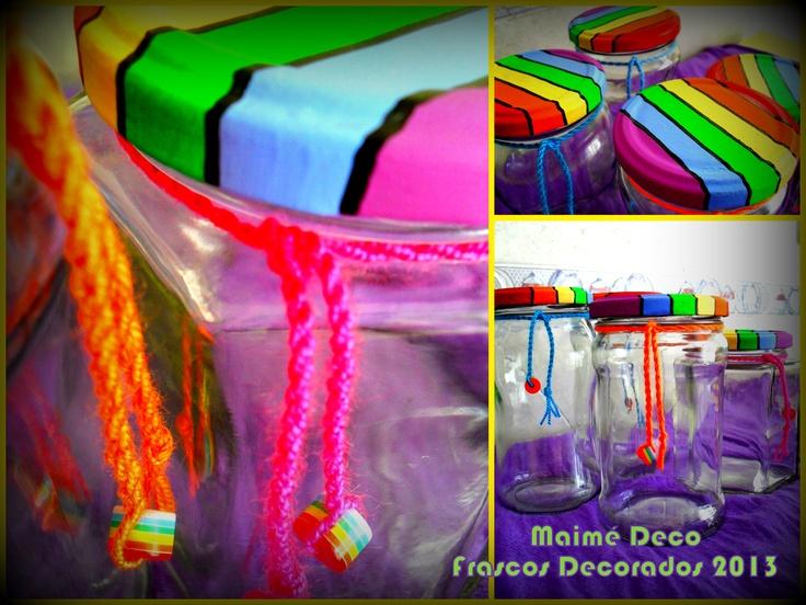 """Ex frascos de mermelada, reutilizados... Pintura decorativa con acrrílicos, fibras y barniz; lanas y cuentas plásticas """"Rainbow""""."""