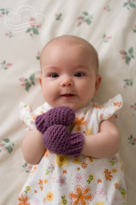 crocheted baby mittens: FREE pattern (link to it is on the web page)
