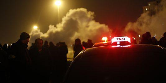 Plusieurs centaines de taxis mobilisés porte Maillot et aux aéroports de Roissy et Orly
