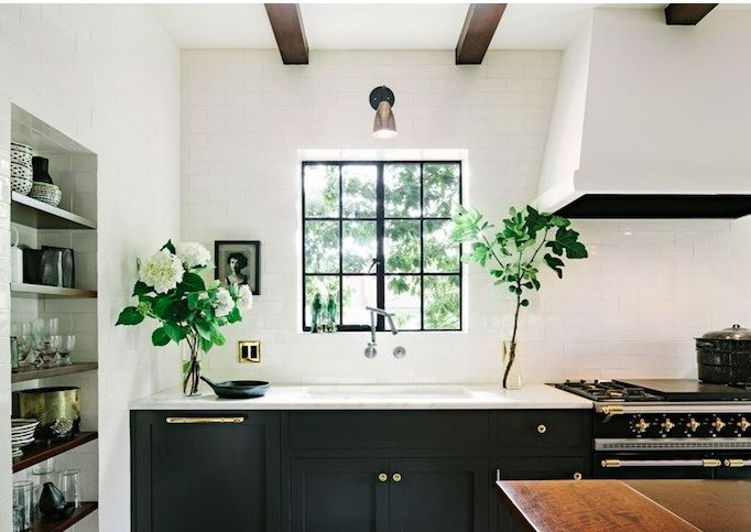 Black can look so good in a traditional kitchen