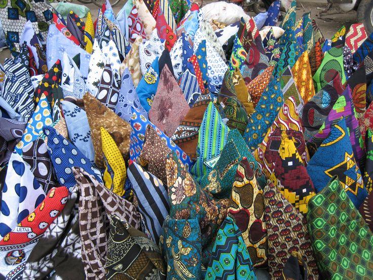 Batik stoffen op de markt van Arusha. Kijk bij het bord 'verantwoorde kleding' hoe wij de mooie #batik prints hebben verwerkt in de #kleding