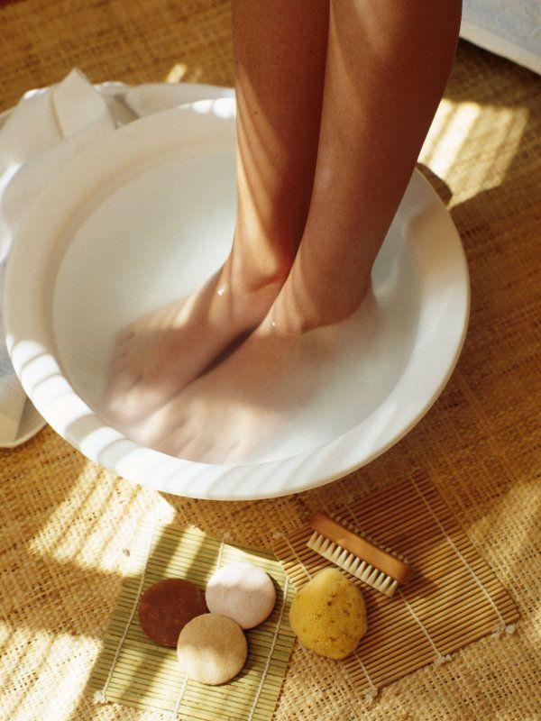 Fast das ganze Jahre übersindunsere Füße in mehr oder minder bequeme Schuhe eingezwängt. Das führt häufig zu Druckstellen und