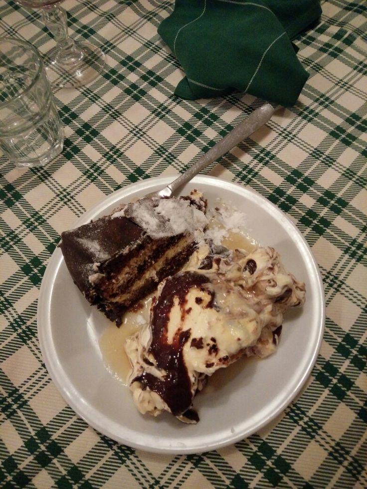 Profitteroles bianco, torta al cioccolato e colesterolo in forma solida.  Ristorante da Mario - Casoni (RE)