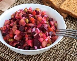 Salade de betteraves, pommes et pois chiches : http://www.fourchette-et-bikini.fr/recettes/recettes-minceur/salade-de-betteraves-pommes-et-pois-chiches.html