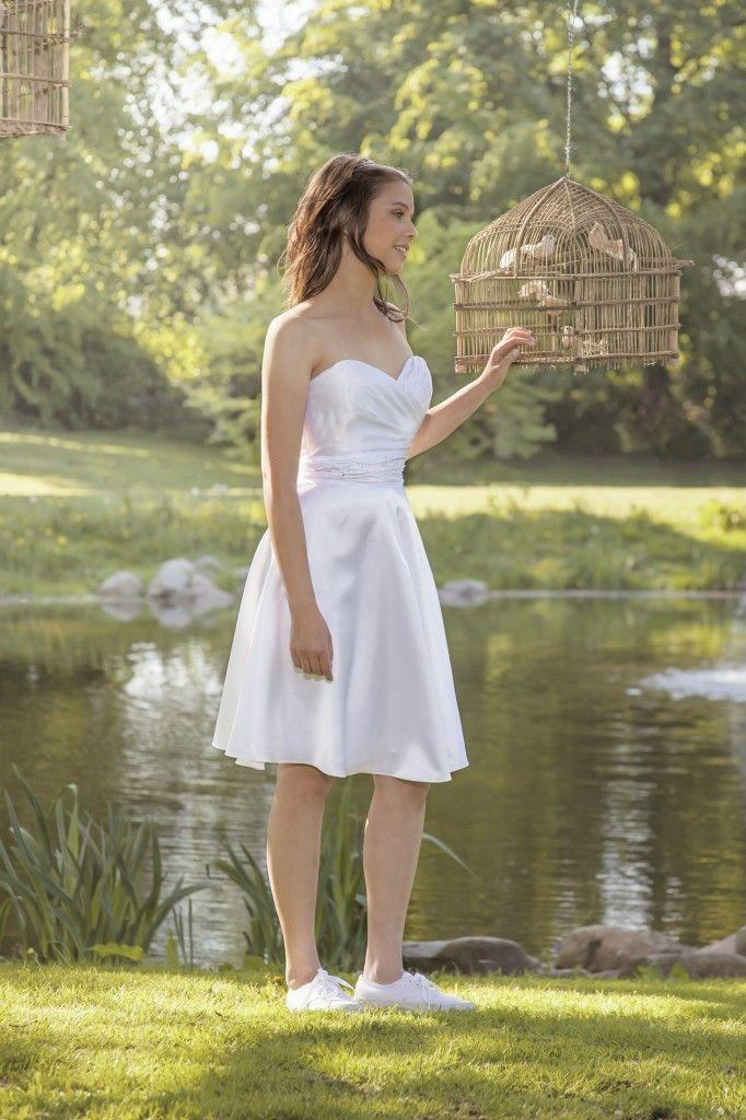 Luxux Konfirmation 2014 Confi 1: Hjerteformet udskæring og draperinger. Besat med små sten og perler i taljen.