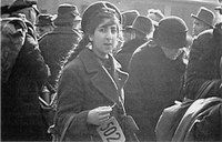 """Ahlem als Schauplatz der Deportationen – Angefangen hat alles mit der """" Polenaktion"""" im Oktober 1938. Dabei erklärte die polnische Regierung, dass alle im Ausland lebenden Staatsbürger sich bis Ende des Monats auf polnischem Boden registrieren lassen müssten, wenn sie die polnische Staatsbürgerschaft nicht verlieren wollten. Die deutsche Regierung  reagierte mit den ersten Verhaftungen von jüdischen Polen und schickte sie nach Polen zurück. Zu dieser Zeit geschah das noch in normalen…"""