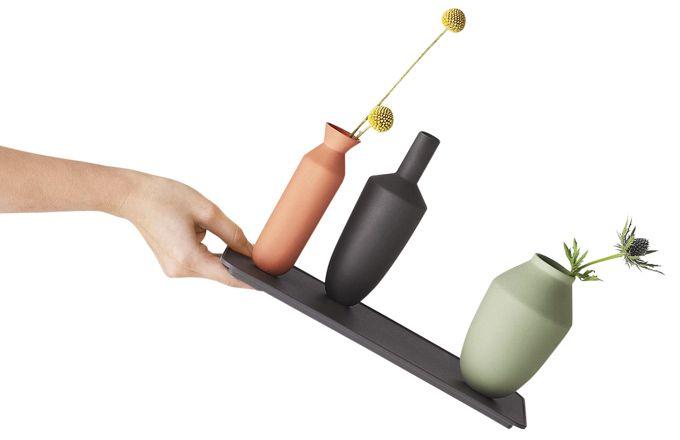 Váza s podnosem Balance, podnos z oceli s práškovou barvou, vázy z barevného jílu, dvě varianty – set podnosu a vázy a set podnosu a tří váz, vyrábí Muuto, cena od 1 870 Kč, www.stockist.cz