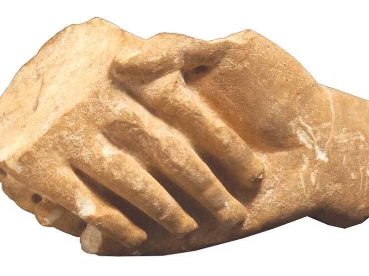 Από τη Συλλογή της Αρχαίας Ελληνικής Τέχνης (2): Ένα μικρό μαρμάρινο σπάραγμα από επιτύμβια στήλη διαθέτει όλη τη συγκίνηση μέσα από τη χειραψία δύο δεξιών χεριών («δεξίωση») ανθρώπων που δεν υπάρχουν πια. Τα ακροδάκτυλα του ενός μέσα στην παλάμη του άλλου είναι το αιώνιο σύμβολο του χαιρετισμού-αποχαιρετισμού.