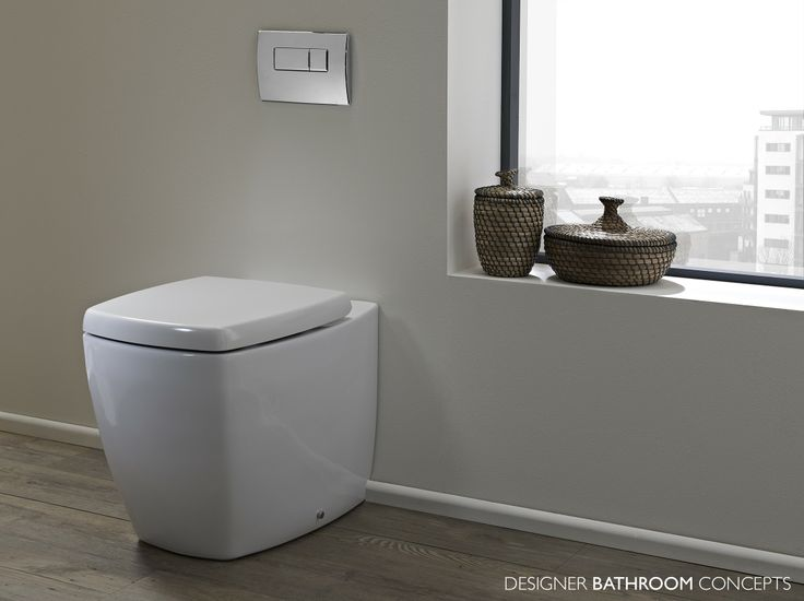 Este inodoro está a la izquierda de la entrada del baño pequeño. Es cuadrado y blanco como ello que está en el baño grande.¡Pienso que los inodoros cuadrados son muy chulos!