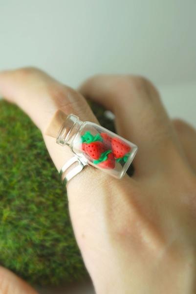 Anillo con botecito de cristal y fresas de fimo