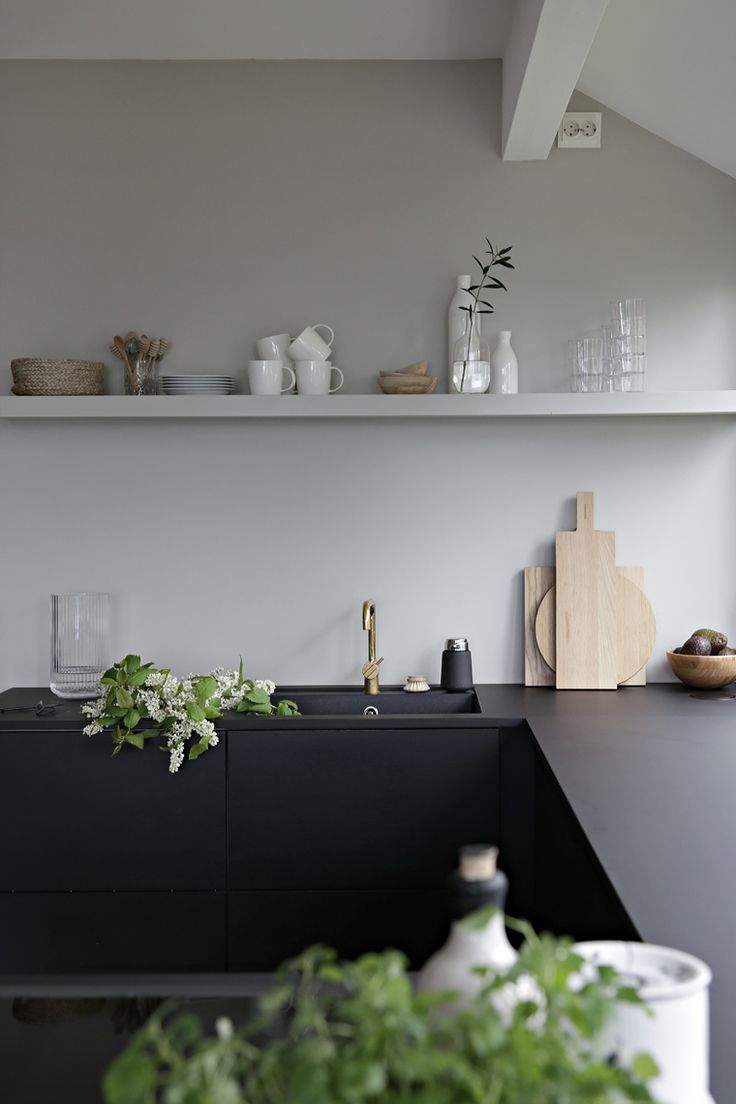 GETTING A SPRING LOOK IN 1-2-3! By taking away some of the dark items on my kitchen self and replace it with lighter ones, I immediately got a spring f...