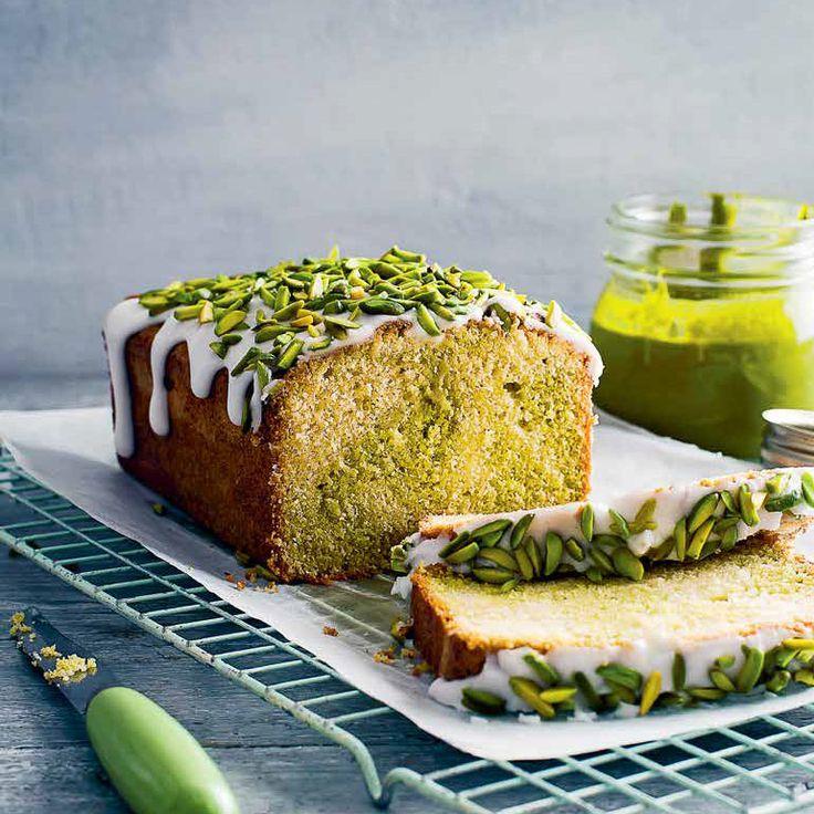 Dit is een echte feestcake! Je bakt hem met pistachepasta, die je zelf in een handomdraai maakt. Decoreer de cake als 'ie is afgekoeld met citroenglazuur en gehakte pistachenoten.    1 Verwarm de oven voor op 180 °C. Vet een cakeblik (inhoud 1...