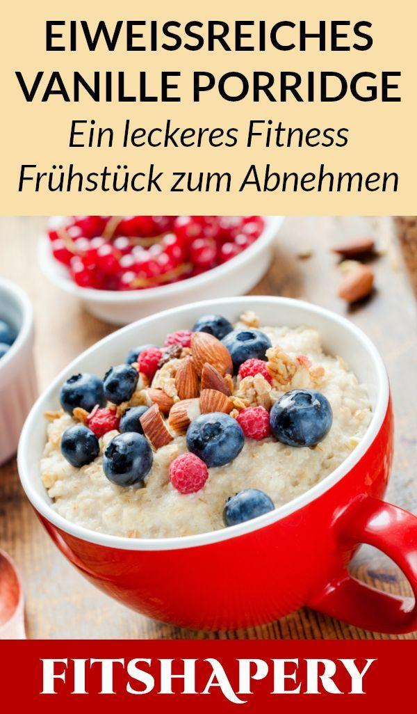 Ein leckeres Protein Porridge, das mit Haferflocken, Nüssen und Beeren gemacht …