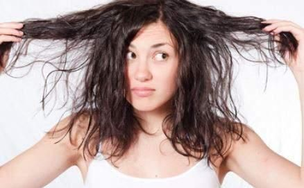 Memiliki rambut megar kadang menyebalkan, karena sering 'melayang' berantakan kemana-mana meskipun sudah menggunakan pelembab rambut. Belum lagi teksturnya yang bervolume dan mudah mengembang. Untuk mengatasinya, yuk simak tips berikut!
