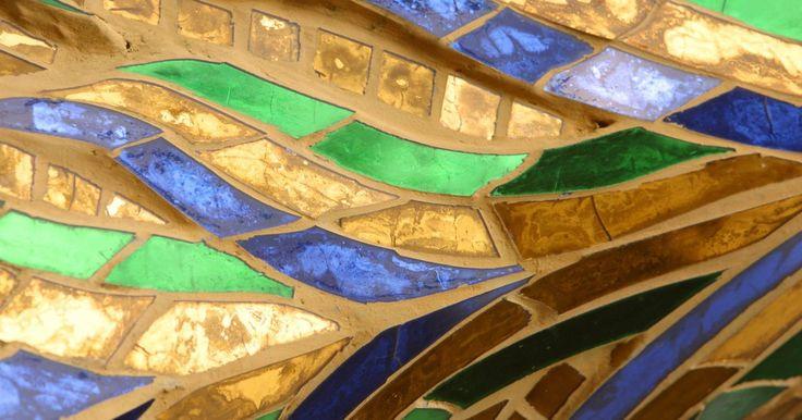 Cómo cortar vidrio con una amoladora. Una amoladora para vidrio es una herramienta de mesa que consiste en una broca giratoria abrasiva y una superficie de trabajo cuadriculada plana. A medida que la broca gira, el operario empuja el borde del vidrio para empezar a cortarlo. Las amoladoras de vidrio comúnmente son utilizadas por artistas del vidrio y los técnicos en reparación de ...