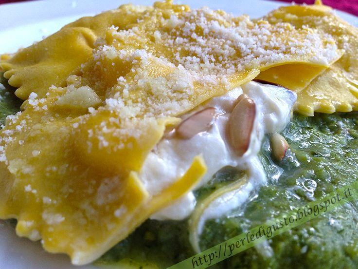 Ravioli ripieni di burrata e pinoli su salsa di broccoli siciliani al profumo di alici
