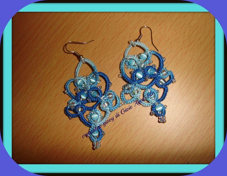 orecchini ,cotone sfumato nei toni di azzurro con perle occhi di gatto intrecciati nei nodi del chiacchierino ..........