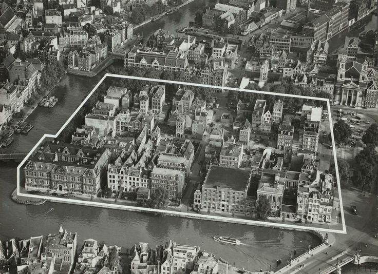 Luchtfoto van de oude Jodenbuurt en het Waterlooplein, jaren dertig. Schiereiland Vlooienburg werd in de 16e eeuw in de ondiepte van de Amstel aangelegd. Vlooienburg maakte vanaf 1619 al deel uit van de Amsterdamse Jodenbuurt en is na de oorlog vanwege bouwvalligheid van de Joodse huizen en de aanleg van de stadssnelweg en de metrolijn grotendeels gesloopt. In 1986 openende de Stopera haar deuren op het schiereiland.