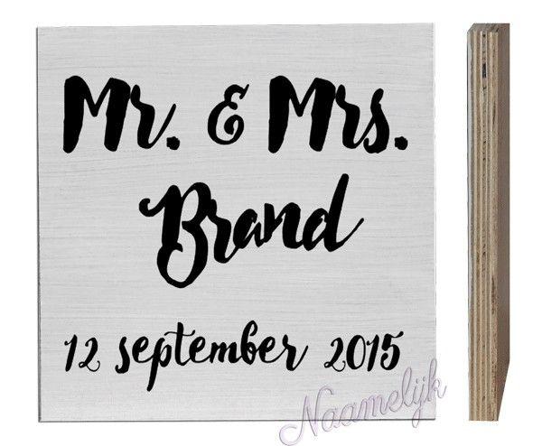 Mooi, gepersonaliseerd naamblok voor newly weds! Een erg leuke herinnering aan de bruiloft! Het naamblok met de tekst Mr. & Mrs. met naam en de trouwdatum is een uniek cadeau om te geven bij een trouwerij. Dit cadeau voor een bruiloft krijg vast en zeker een mooi plaatsje in het huis van het pasgetrouwde stel.