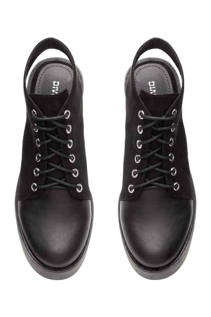 Buty na platformie: Sznurowane buty z imitacji zamszu na platformie. Przód z imitacji skóry i odkryte pięty. Tekstylna wyściółka. Platforma ok. 3,5 cm, obcas 9,5 cm. Grube gumowe podeszwy.