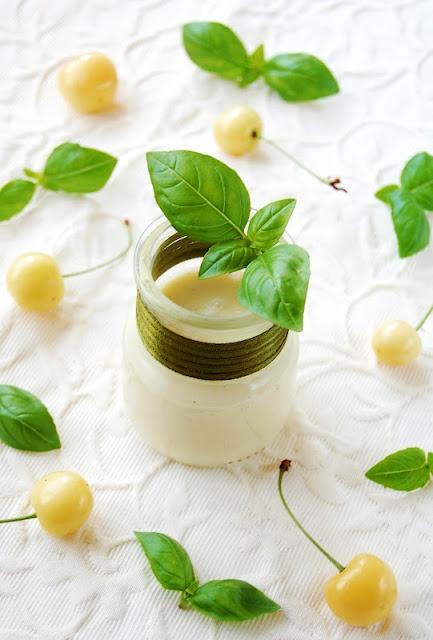 Crema di ciciegie bianche al cioccolato bianco e basilico con nocciole caramellate