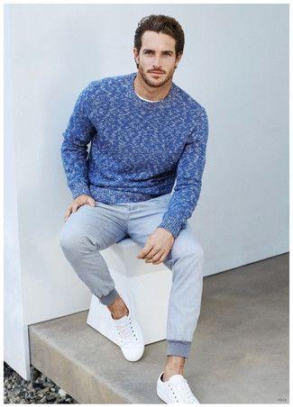 Look de moda: Jersey con Cuello Circular Azul, Pantalón de Chándal Gris, Tenis Blancos