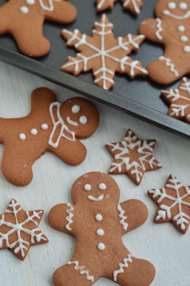 Hallo Ihr Lieben! Ja, ich habe es wieder getan. Die vorweihnachtliche Backsaison wurde bei mir jetzt richtig mit den Lebkuchen-Plätzchen gestartet. Nach den Schoko-Nuss-Sternen mussten einfach die nächsten Keksdosen gefüllt werden. Und ich finde beim Plätzchen backen gibt es die liebsten Rezepte der Familie die einfach jedes Jahr in die Keksdosen gehören. Neben den liebsten Keksen meiner Mutter, den Nougatkipferl, müssen auch in jedem Jahr die klassischen Lebkuchen gebacken werden. Ach…