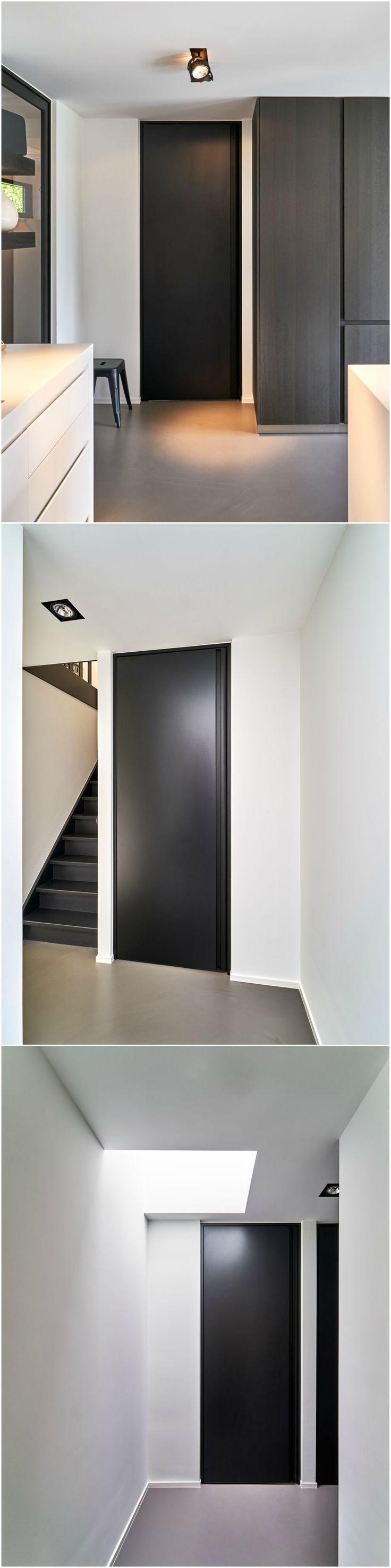Zwarte deur kamerhoog   Op maat gemaakt met een BKO-omlijsting in zwart geanodiseerd aluminium en een verticale handgreep in hetzelfde aluminium voor een greeploos design. Het deurpaneel zelf is afgewerkt met Resopal Massiv, een slagvast, krasvast en onderhoudsvriendelijk materiaal.