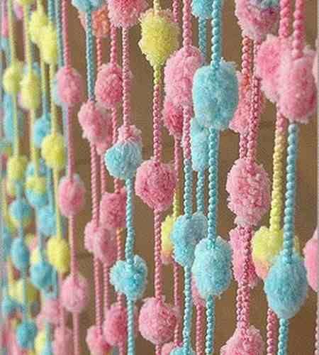 Fleco: Borlas o cordoncillos colgantes que sirven de adornos a muebles, cortinas o prendas.
