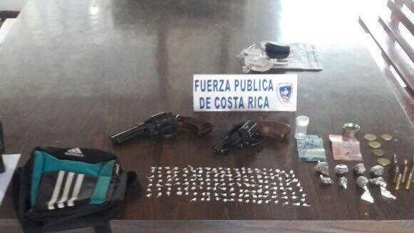 Detienen a quinceañero con 2 revólveres y carga de drogas