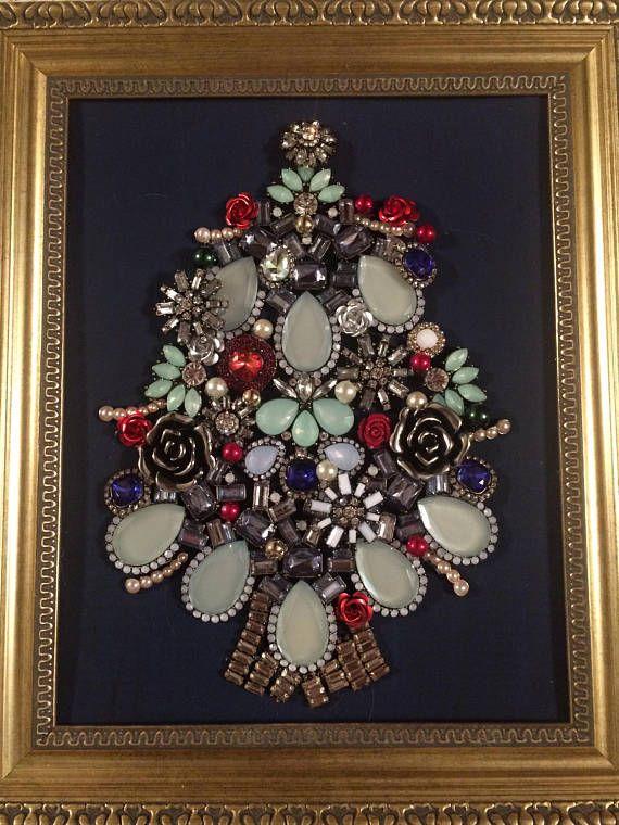 Encadré bijoux Collage d'un arbre de Noël avec des perles en résine rose, perles de verre, broches vintages, pendentifs et boucles d'oreilles dans un cadre 8 x 10. Fond est bleu foncé, bleu marine. Convient pour accrocher ou a un support pour l'affichage. En raison de la nature 3D de la pièce, le verre a été supprimé.