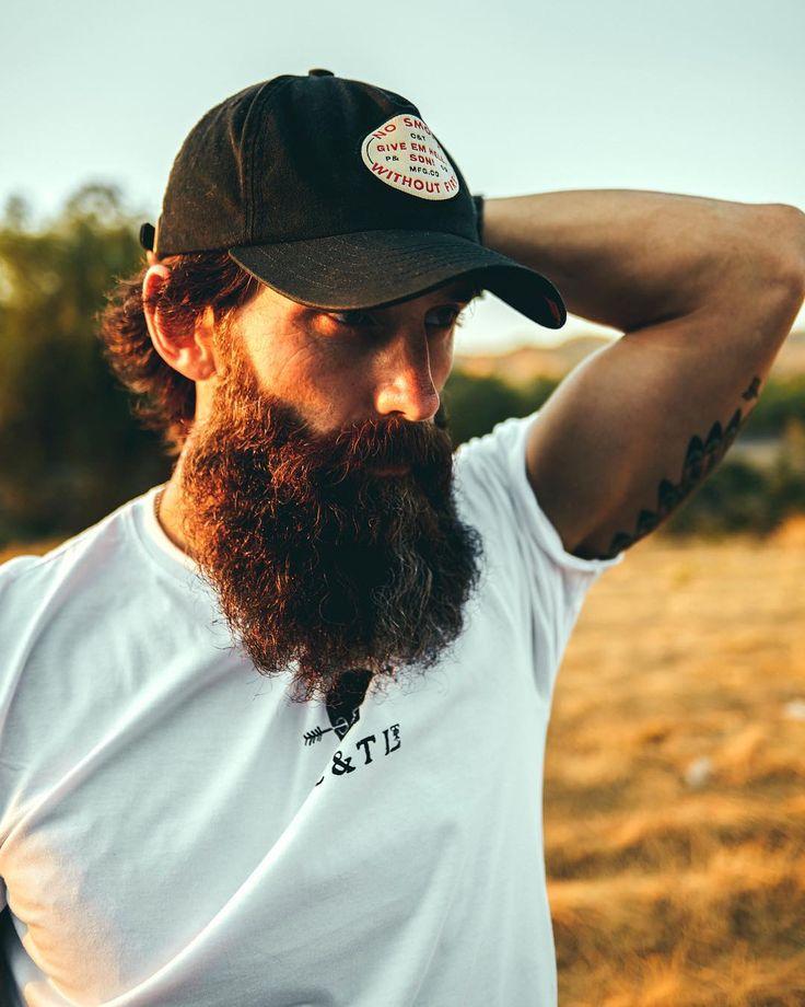 Beard Legends @victorios_secret    Toda barba larga requiere un peine acorde que la mantenga en su sitio, amplia gama de cepillos y peines en ebalus.com    #ebalus