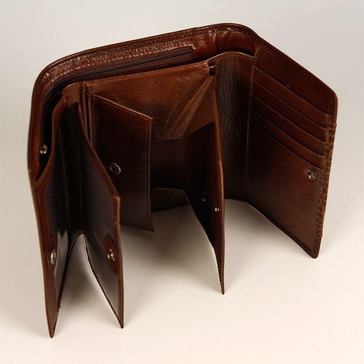 Farba: čierna, hnedá Materiál: koža Popis: zapínanie na patent, viacpriehradková s prehľadným francúzskym mincovníkom, priehradky na karty, doklady a