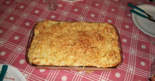 1 pacote de sopa de cebola  - 1 copo de requeijão  - 3 copos de leite  - 1 copo de maionese  - 1 pacote de pão de forma  - 300 g de queijo mussarela ralado  - 1 pacote de batata palha  - 1 peito de frango  -