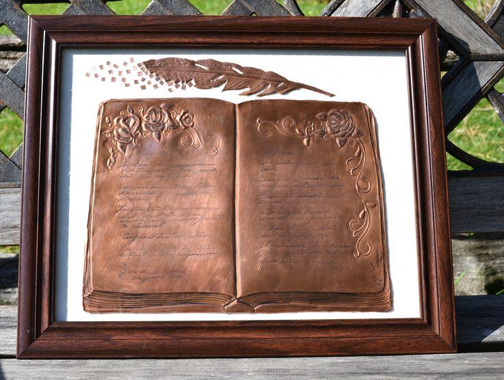 livre en cuivre repoussé avec texte gravé