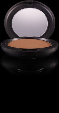 No sun time? No problem! Just brush on Bronzing Powder from MAC for an evenly sun-kissed look!