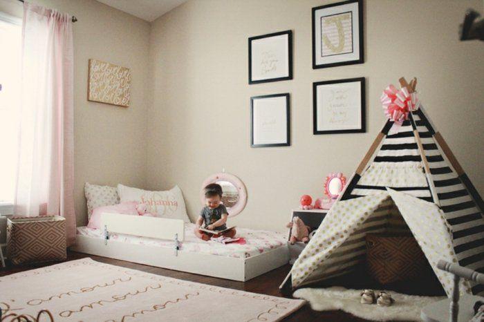 couleur-mur-beige-tapis-beige-lit-à-même-le-sol-tipi-enfant-en-noir-et-blanc-ruban-rose-deco-murale-idée-comment-aménager-une-chambre-bébé-fille-pédagogie-montessori