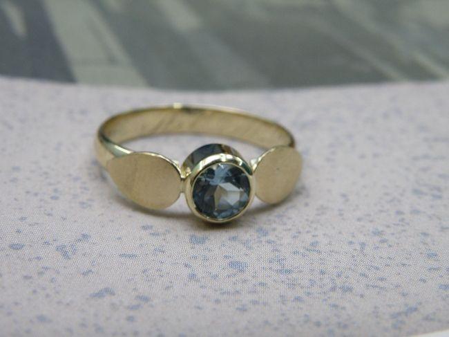 * heirloom | oogst-sieraden * Ring * De topaas vormt het middelpunt in deze blaadjesring * Vervaardigd uit 2 oude trouwringen * Maatwerk *
